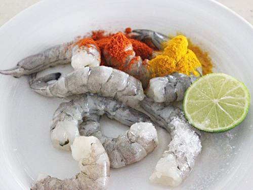 adding spice powders to shrimps