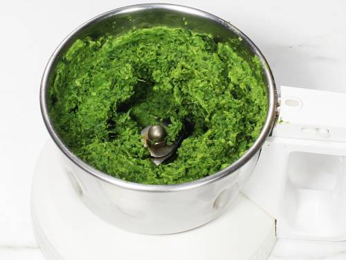 blending spinach and peas