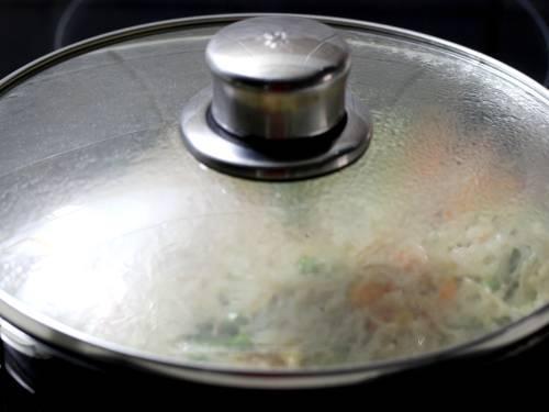 cooking semiya upma in a pan