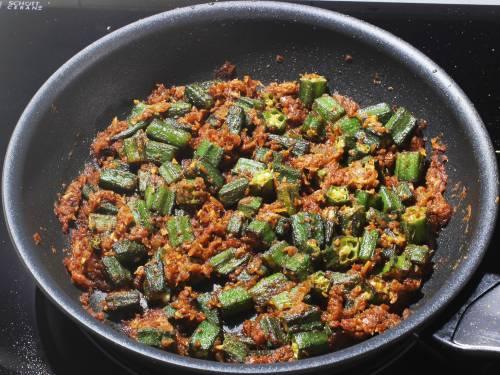 cooking bhindi to make do pyaza