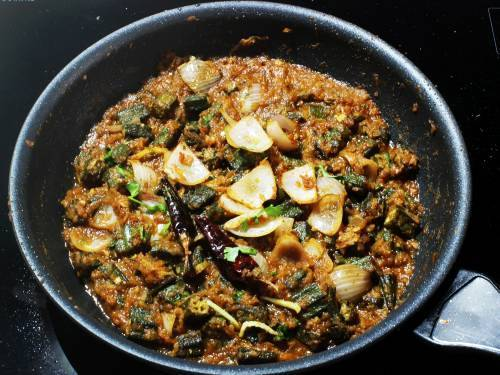 adding tempering to cooked bhindi do pyaza