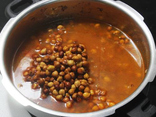 adding black chickpeas to the cooker