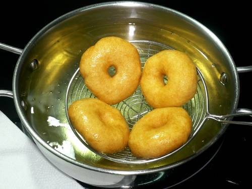 removing fried vada from oil