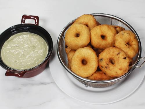 serving medu vada with coconut chutney