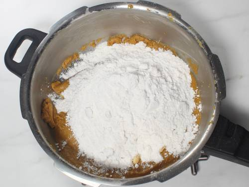 add powdered sugar to the pan