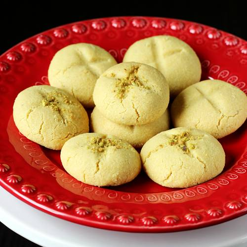 nankhatai in a red plate ready to serve