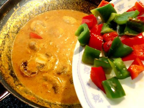 adding bell peppers to mushroom curry