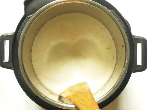 stir milk sugar to make vermicelli kheer