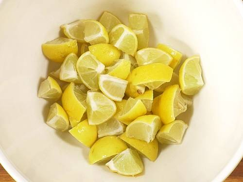 lemon pieces for sun drying