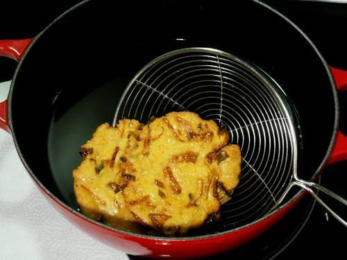 crisp fried maddur vada