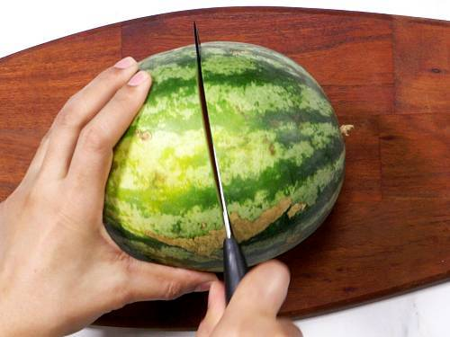 cut watermelon to 2 parts