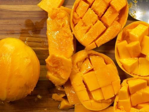 chopped mangoes ready to freeze