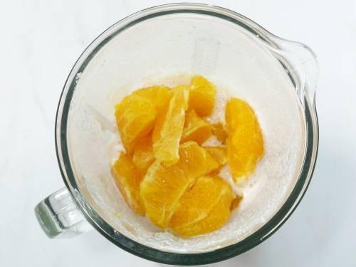 oranges in a blender to make smoothie