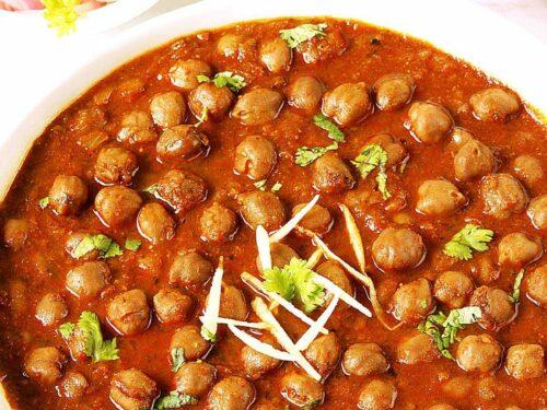 punjabi chole garnished with ginger