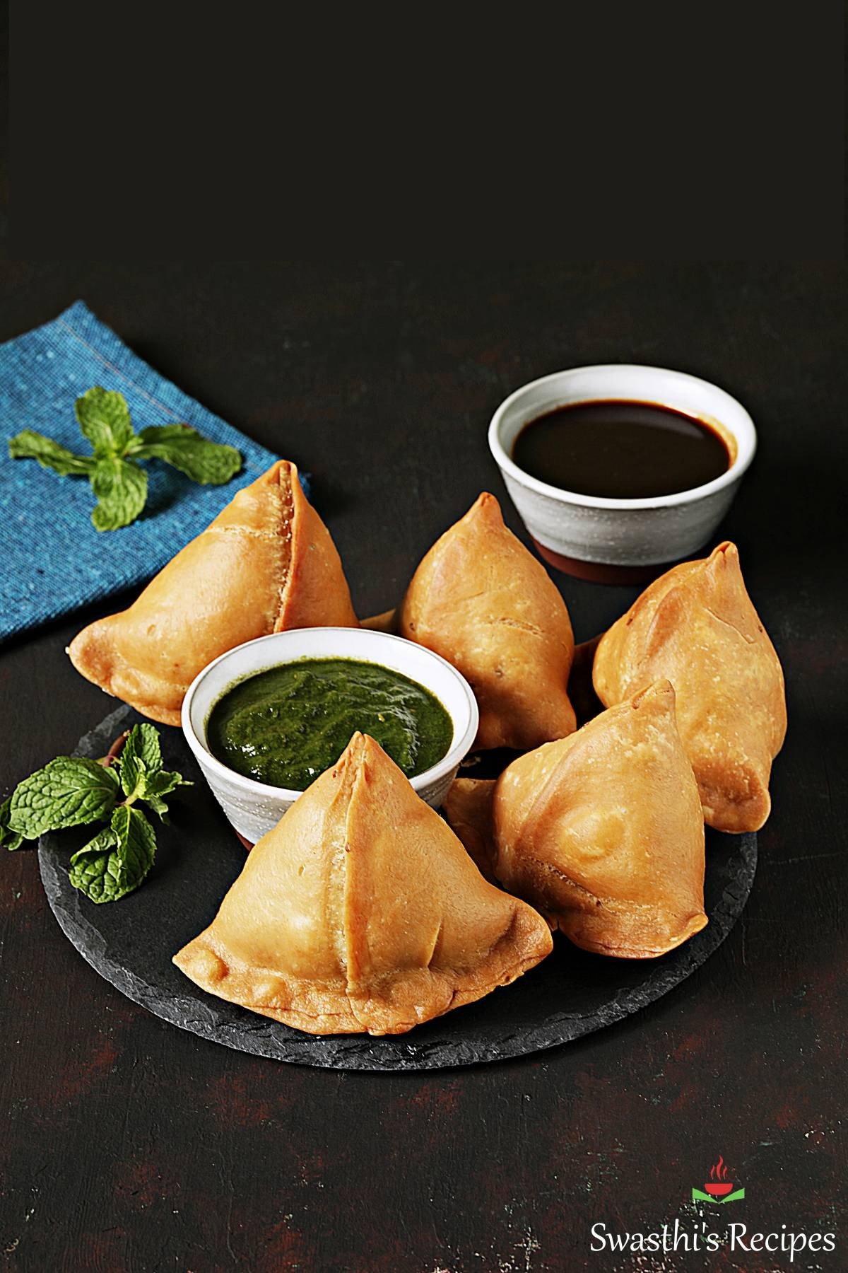 samosa made with spiced potato stuffing, served with green chutney
