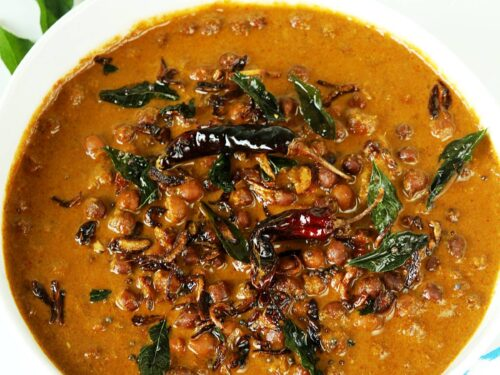 kadala curry made with coconut, black chickpeas, spices